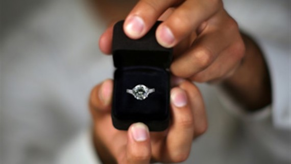 سعودي يذهب لطلب يد فتاة لابنه فيتزوج بدلًا منه